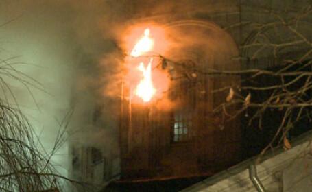 Incendiul care a distrus turla Bisericii Sfantul Pantelimon din Capitala a fost stins