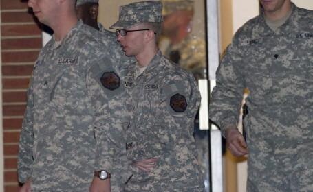 Bradley Manning (centru)