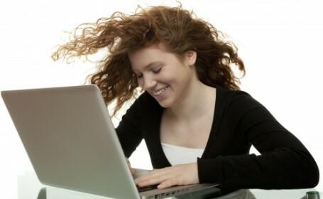 adolescenta la laptop