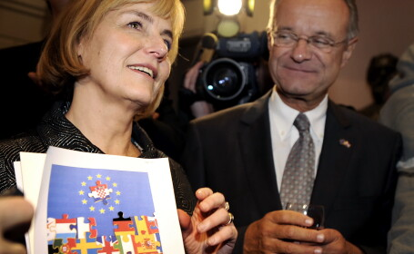 Seful misiunii UE in Croatia Paul Vandooren (dreapta) si ministrul de externe al Croatiei Vesna Pusic (stanga)