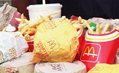 Orasul care interzice mancarea McDonald\'s. Fast-food-ul, considerat un rau la fel de mare ca fumatul