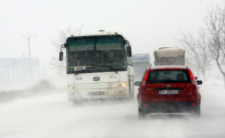 Zeci de oameni, blocati in camp in judetul Buzau. Iarna a facut prapad miercuri in toata tara. VIDEO