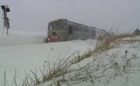 Un tren cu sute de oameni a rămas blocat în câmp, din cauza unor defecțiuni