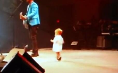 bebelus danseaza la concert