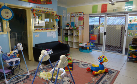 Familia unui baietel de trei ani acuza personalul unei gradinite din Cernavoda ca l-a inchis in beci