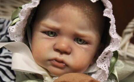 Cumpara papusi identice cu bebelusii nou-nascuti pentru a isi alina durerea pierderii unui copil