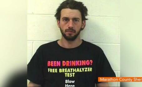Ce avea scris pe tricou un barbat care a fost arestat pentru conducere sub influenta alcoolului.FOTO