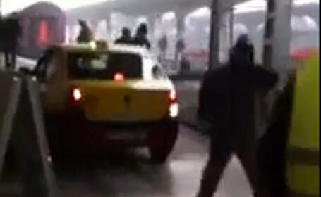 Cum explica sefii CFR aceasta poza. In Gara de Nord, un taxi a ajuns pe peron. VIDEO