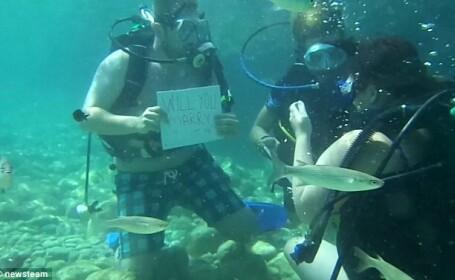 A cerut-o de sotie in timp ce faceau scuba diving. Reactia femeii era sa o omoare. VIDEO