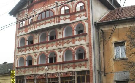 Ce n-a vazut Timisoara: rromii isi demoleaza singuri un palat opulent si kitschos