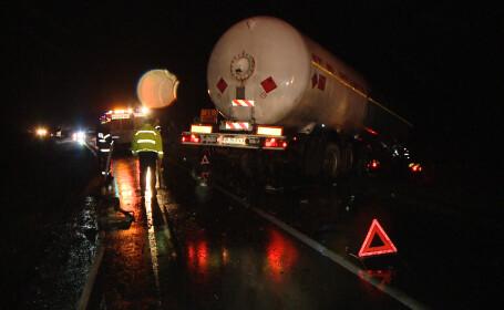 Accident pe drumul care leaga Timisoara de Buzias. Un autovehicul a intrat din plin intr-o cisterna
