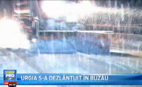 Imagini din Buzau, epicentrul CODULUI ROSU. Utilajele IGSU, neputincioase. Zeci de persoane au petrecut noaptea in masini