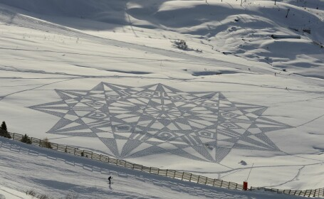 Artistul care face capodopere cu schiurile in zapada