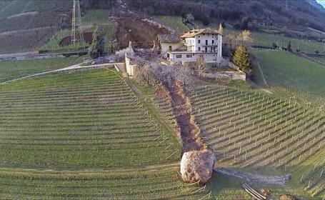 S-a dus ca bolovanul. O bucata uriasa de piatra care s-a desprins dintr-un munte a ras o casa si a ratat alta la milimetru