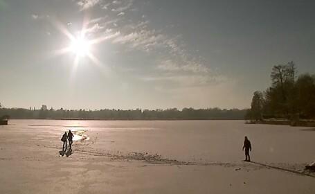 Cativa tineri au ignorat avertismentele si au patinat pe lacul Herestrau. Temperatura de - 2 grade le-a pus viata in pericol