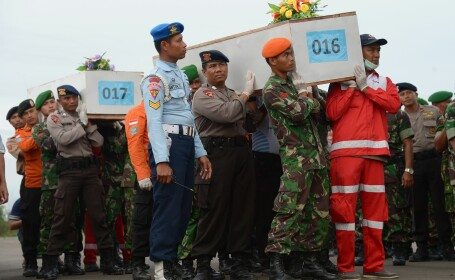 Avionul AirAsia prabusit NU avea drept de zbor. Doua obiecte masive au fost gasite pe fundul Marii Java