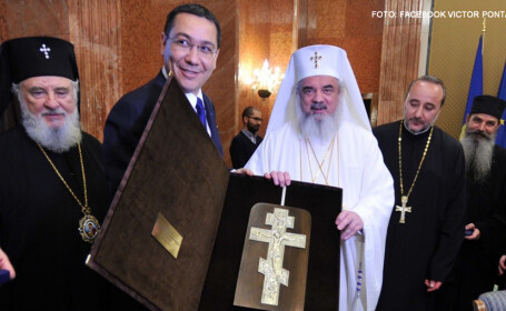 Victor Ponta cu patriarhul Daniel, popi si o biblie