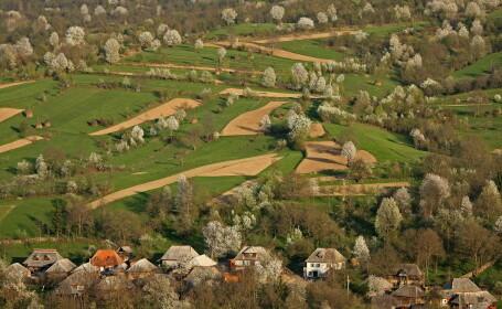 Turist in Romania. Una dintre cele mai frumoase zone ale tarii, Ocna Șugatag din Maramures, are paduri, livezi si 8 lacuri