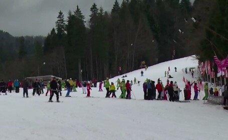 Sute de turisti, pe Valea Prahovei, in acest weekend. Meteorologii anunta ninsori la munte, pana duminica seara