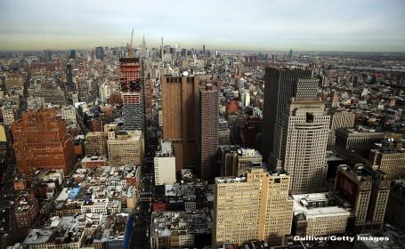 O strada din New York s-a surpat peste noapte. Trecatorii au ramas uimiti sa vada cat de adanca e groapa. FOTO