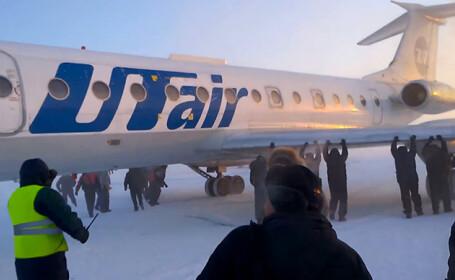 Angajati ai unui aeroport din Rusia, concediati dupa incidentul in care pasagerii au impins un avion, la -50 de grade Celsiu