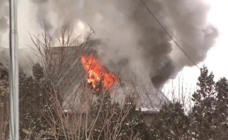 Un incendiu puternic a cuprins o vila din Baneasa. Problemele de care s-au lovit pompierii chemati sa stinga focul