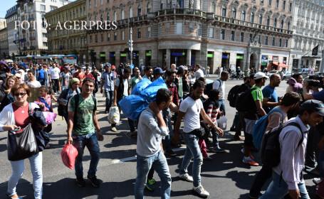 refugiati in fata garii Keleti din BUdapesta