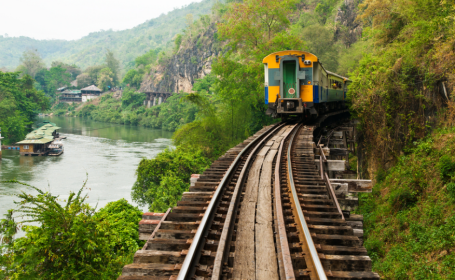 Cel putin 4 morti si 30 de raniti intr-un grav accident feroviar din Thailanda. Un tren s-a ciocnit cu un camion cu animale