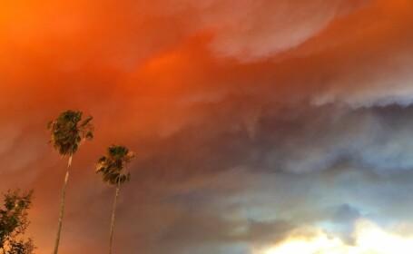 Peste 90 de case distruse de un incendiu de necontrolat in Australia. Strazile, maturate de flacari violente