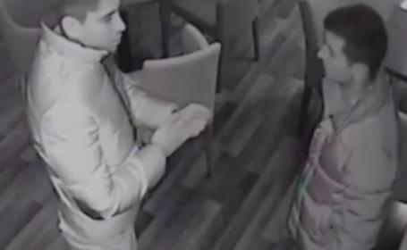 Furt filmat intr-o cafenea din Ramnicu Valcea. Cum a reusit un tanar sa sustraga portofelul unui alt client