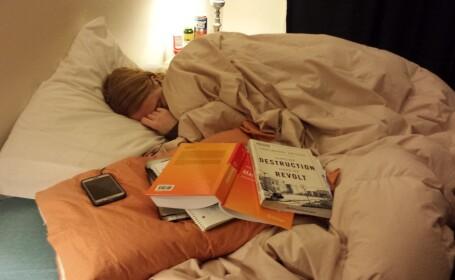 Si-a fotografiat prietena in timp ce dormea si a postat imaginea pe internet. Detaliul pe care putina lume l-a observat