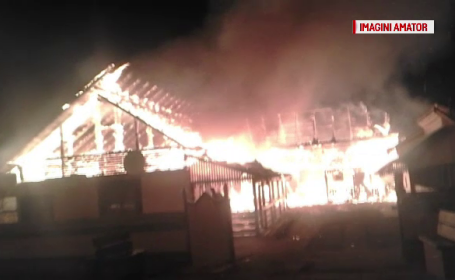 Incendiu puternic intr-o gospodarie din Suceava. Martorii au sarit imediat sa stinga focul, insa n-au avut nicio sansa
