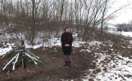 Plangeri la Politie in satul in care femeia refuzata de cimitir a fost ingropata pe camp. Cea mai mare frica a locuitorilor