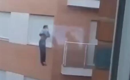 Momentul terifiant in care un barbat care si-a uitat cheile in casa cade de la etaj si moare, filmat de un vecin. VIDEO
