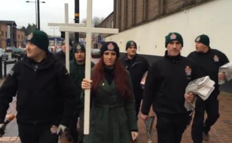 Demonstratie bizara intr-un oras din Marea Britanie. Mesajele transmise de membrii \
