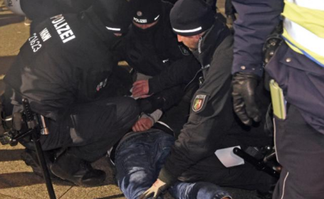 Politia din Koln criticata: a arestat sute de migranti africani pentru a preveni abuzurile sexuale de la ultimul Revelion
