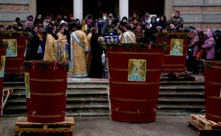 BOBOTEAZA: Peste 500 de credinciosi la sfintirea apei, la Constanta. Arhiepiscopul Tomisului a trecut inainte pe la politie
