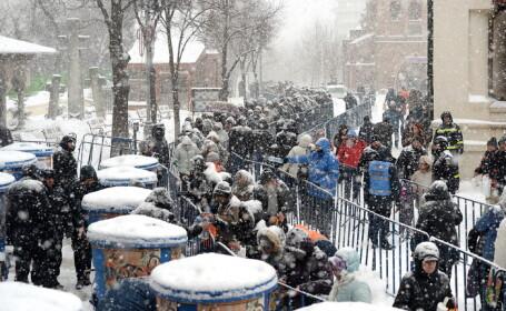Oamenii au asteptat ore intregi la coada la Patriarhie pentru agheasma. \