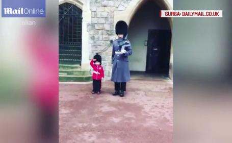 Copil imbracat in uniforma garzii regale britanice, in vizita la Castelul Windsor. Cum reactioneaza cand vede militarii