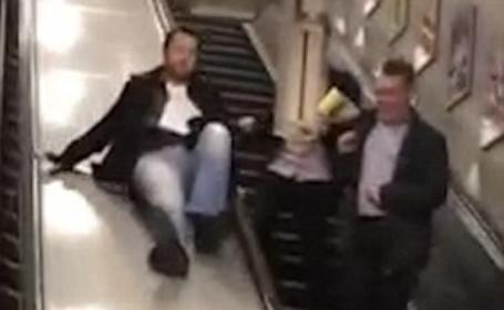 Un barbat beat a folosit scarile rulante de la metroul londonez in sensul opus. Ce s-a intamplat imediat dupa. VIDEO
