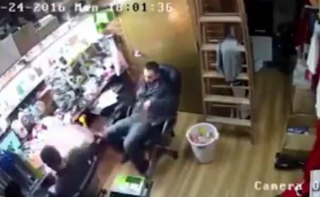 I-a explodat telefonul Iphone 7 in mana. Ce a facut barbatul in secunda urmatoare, dupa ce s-a speriat. VIDEO