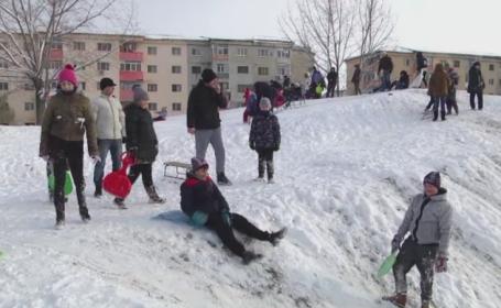 Copiii din Dambovita, bucurosi ca scolile sunt inchise si au timp de sanius. \
