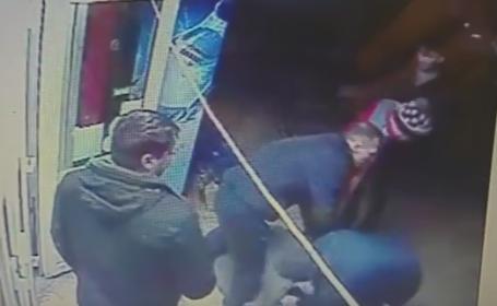 Cinci barbati s-au batut pentru o femeie, intr-un magazin din Dambovita. Bataia a fost filmata de o camera de supraveghere
