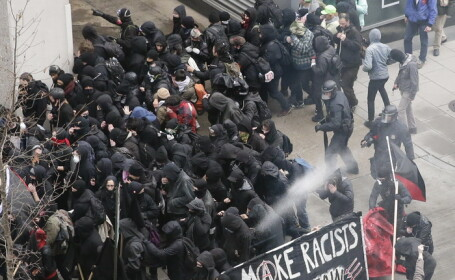 Proteste violente anti-Trump la Washington. Politisti raniti si peste 90 de persoane arestate. VIDEO