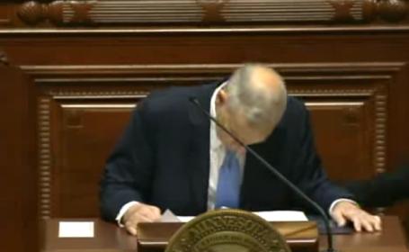 Panica in Congresul din Minnesota. Guvernatorul Mark Dayton a lesinat in timpul unui discurs. VIDEO