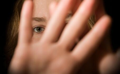 Un bărbat a fost reținut, după ce și-a violat fiica vitregă în fața mamei, pe care a obligat-o să-i bea urina
