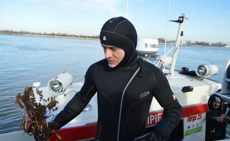 """Mărturiile celor care au recuperat crucile din apă, de Bobotează: """"Sar pentru că sunt credincios"""""""