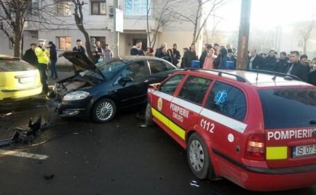 Autoturism SMURD, lovit în plin de un șofer care nu a acordat prioritate. Un membru al echipajului, rănit