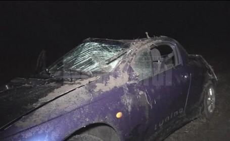 Doi tineri au ajuns la spital, după ce şoferul unei maşini a fost orbit de faruri