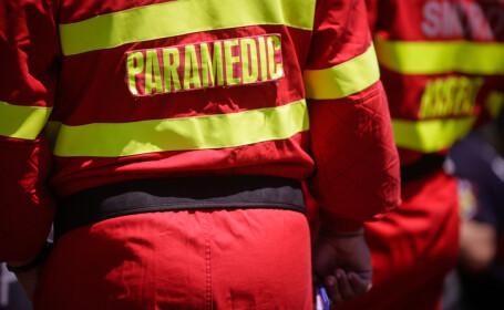 Un bărbat rănit grav, salvat după ce ambulanța a rămas blocată în nămeți